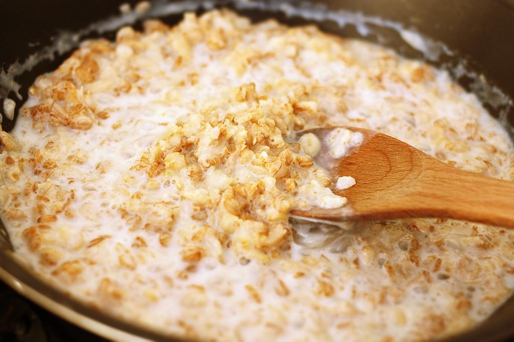 Come preparare e cucinare il porridge con i fiocchi d'avena