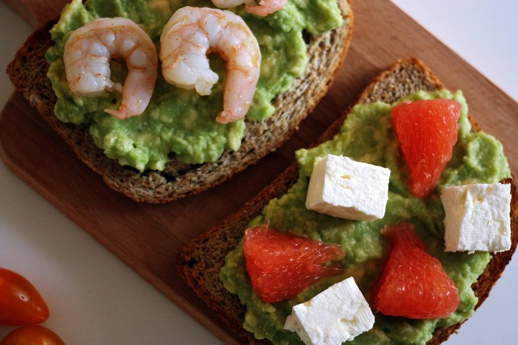 avocado toast con gamberi e lime
