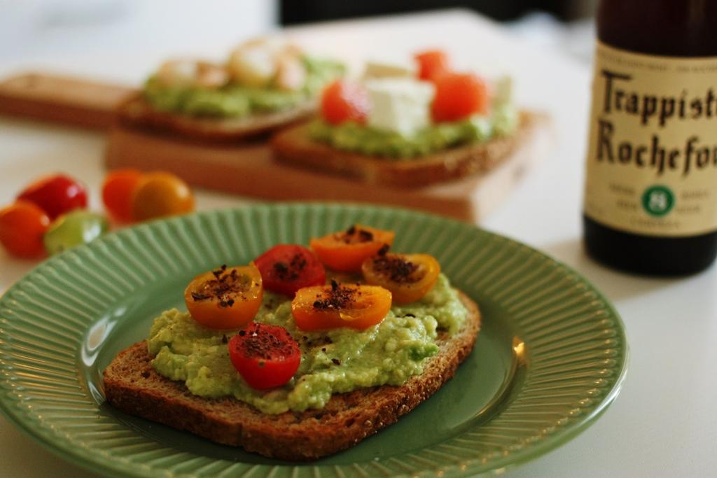 avocado toast con pomodori e cioccolato