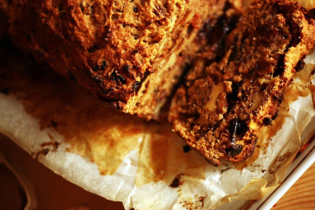 particolare del pan di mele con prugne, uvetta e spezie